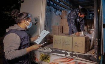 Trabajadores de la Oficina Nacional de Procesos Electorales del Perú (ONPE) distribuyen material electoral en centros de votación en Callao, cerca de Lima, el 5 de junio de 2021