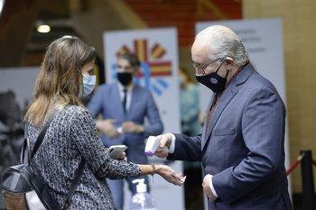 El ministro de Educación y Cultura, Pablo da Silveira, toma la temperatura al ingreso del auditorio Adela Reta, del Sodre