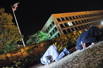 Los ex presos de Guantánamo rezando frente a la embajada de Estados Unidos, el 14 de abril de 2014.