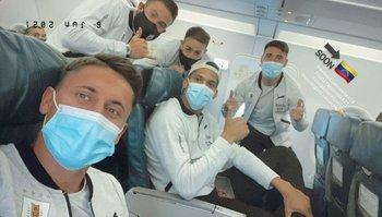 La selfie de Brian Rodríguez con Araújo, Coates, Gorriarán, Nandez y Ocampo en el fondo
