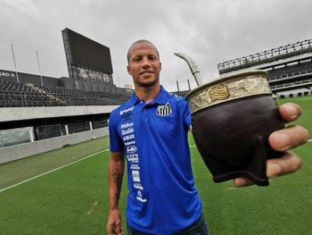 El uruguayo Carlos Sánchez volvió a firmar contrato por dos años más con Santos de Brasil