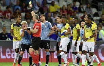 Daronco le mostró amarilla a Quintero, luego de ver la jugada en el VAR cambió de opinión