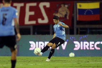 Suárez y la pelota quieta, de lo poco de Uruguay en el primer tiempo