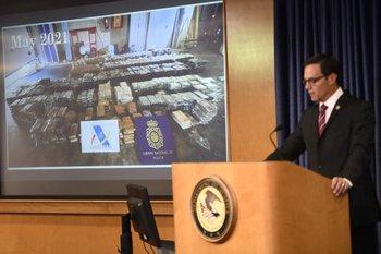 El fiscal federal interino Randy Grossman habla durante una conferencia de prensa para anunciar un derribo masivo en todo el mundo, el 8 de junio de 2021
