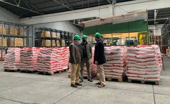 El momento de la entrega de la última donación de arroz.