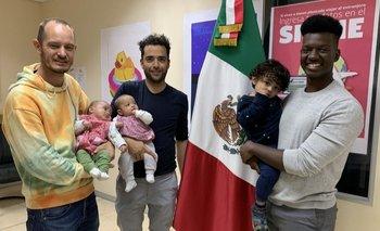 Phillip Lühl, Guillermo Delgado y un amigo de la pareja cargando a las gemelas, Paula and Maya, y a Yona
