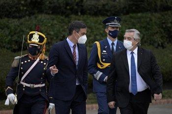 A la izquierda el presidente español, Pedro Sánchez. A la derecha, el presidente argentino, Alberto Fernández