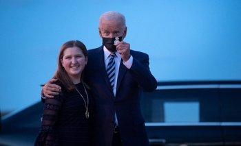 Joe Biden junto a su hija, tras llegar a Inglaterra