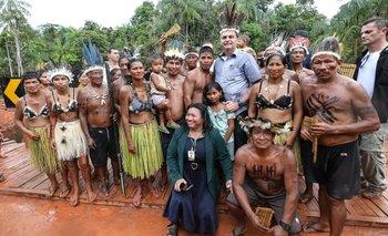 Jair Bolsonaro junto a indígenas en Brasil