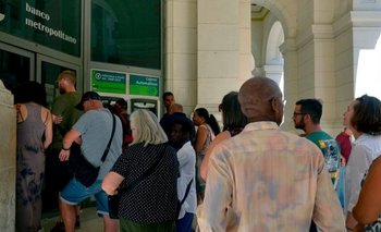 Turistas extranjeros no podrán usar dólares en los bancos de Cuba para obtener moneda local