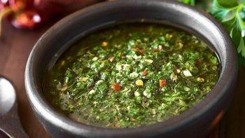 El chimichurri es una mezcla de perejil finamente picado, orégano, chile molido y ajo mezclado con vinagre y aceite vegetal