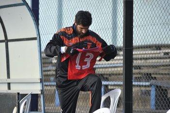 El Loco con la camiseta de Nacional que le acercaron para que la firme
