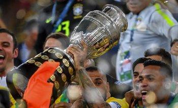 Dani Alves levanta la Copa de 2019, también disputada en Brasil