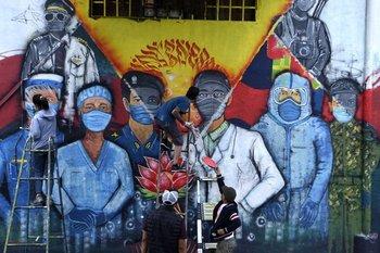 Mural con el personal de salud nepalí