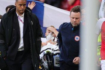 El momento en que el futbolista danés es retirado de la cancha por los paramédicos