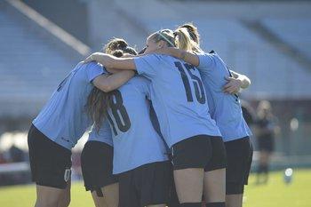 Las uruguayas celebran el primer gol de la celeste