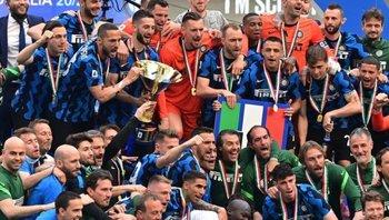 Eriksen aparece justo arriba hacia la derecha de Matías Vecino, celebrando el título de Internazionale de Milán