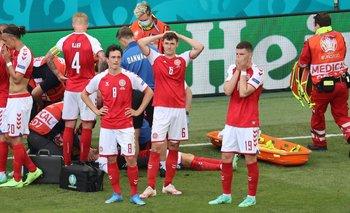 Los futbolistas de Dinamarca, taparon a su compañero para que no se vieran las imágenes que ocurrían en la cancha