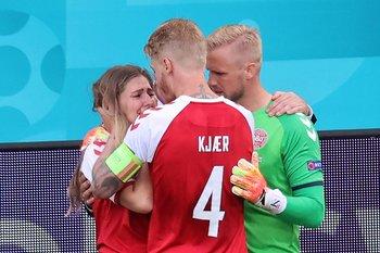 La pareja de Eriksen entró a la cancha y los compañeros del futbolista la consolaron
