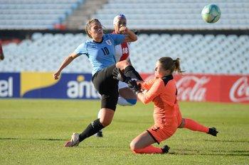Luciana Gómez define frente a la golera rival