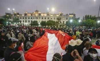 Los partidarios del candidato presidencial de izquierda Pedro Castillo de Perú Libre muestran una bandera nacional gigante durante un acto en el centro de Lima el 12 de junio de 2021, mientras que las autoridades electorales continúan revisando las acusaciones de fraude electoral hechas por la candidata de derecha Keiko Fujimori de Fuerza Popular.