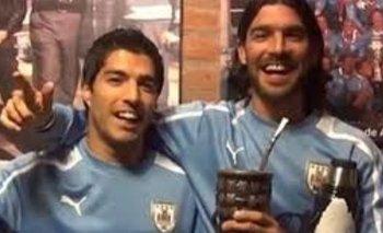 Luis Suárez y Sebastián Abreu cuando eran compañeros en la selección uruguaya