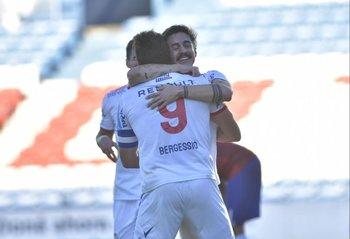 Neves se abraza con Bergessio