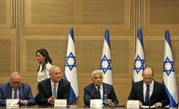 De izquierda a derecha:  Avigdor Lieberman (ministro de Finanzas),  Benny Gantz (ministro de Defensa), Yair Lapid (ministro de Asuntos Exteriores) y Naftali Bennet (primer ministro)