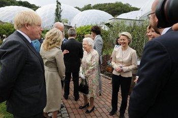 Jill Biden eligió una gabardina de Gabriela Hearst para conocer a la reina Isabel II