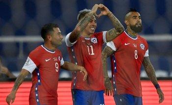 Eduardo Vargas celebra su gol luego del penal que le atajaron a Arturo Vidal