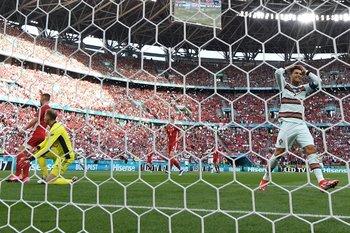 Cristiano Ronaldo lamenta un gol errado; atrás el estadio a pleno