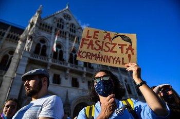 """Manifestantes salieron a la calle a protestar por la ley que prohibe """"la promoción"""" de la homosexualidad en Hungría"""
