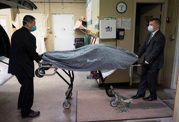 Personal de la funeraria norteamericana usa una camilla para transportar el cuerpo de una víctima de Covid-19, el 1º de mayo de 2020