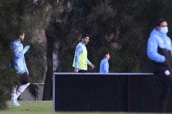Martín Cáceres y Luis Suárez en el equipo titular este martes de tarde