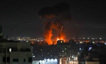 Las explosiones iluminan el cielo nocturno sobre los edificios en la ciudad de Gaza mientras las fuerzas israelíes bombardean el enclave palestino, a principios del 16 de junio de 2021