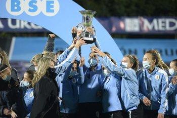 Las uruguayas levantan el trofeo