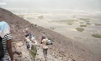 Los migrantes deben recorrer un duro camino de 2.000 kilómetros que implica cruzar montañas, desiertos, el Mar Rojo e incluso una zona de guerra