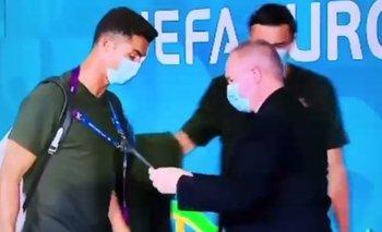 Cristiano Ronaldo es revisado por el portero que pretendía ver, como lo hizo, su acreditación para ingresar al estadio a jugar