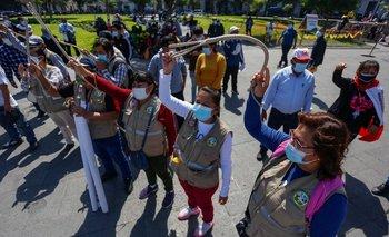 Integrantes de las organizaciones se reúnen en la Plaza San Martín en el centro de Lima en apoyo del candidato presidencial de izquierda peruano Pedro Castillo el 16 de junio de 2021