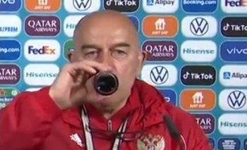 Stanislav Cherchesov tomando Coca Cola en plena conferencia de prensa