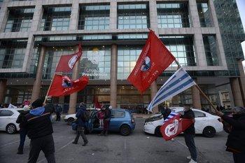 El PIT-CNT se movilizó hasta la Torre Ejecutiva, donde entregaron una carta para el presidente.
