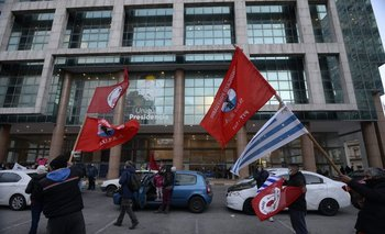 El PIT-CNT se movilizó hasta la Torre Ejecutiva, donde entregaron una carta para el presidente