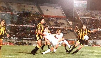 Robert Lima disputando un clásico contra Nacional en una liguilla