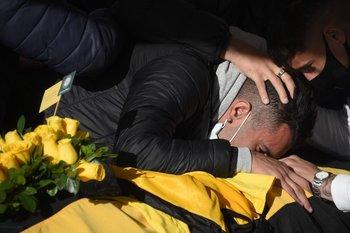 Su hijo, Andrés, lloró abrazado al cajón