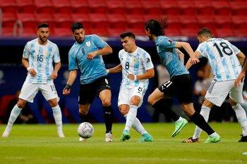 Suárez y Cavani en la marca sobre Marcos Acuña