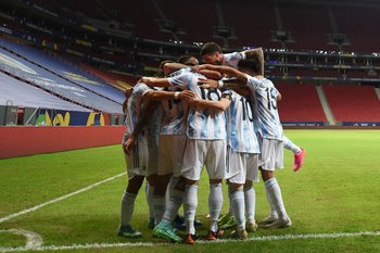 El festejo de los argentinos en el estadio desierto