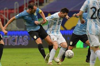 Diego Godín y Lionel Messi, viejos conocidos