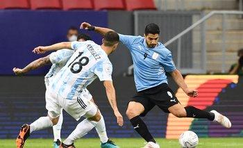 La pelota sigue sin entrar al arco rival; Suárez intenta pero no marca