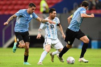 Marquen al 10: Messi rodeado por Giménez y Godín