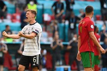 El alemán Joshua Kimmich festeja el triunfo de su selección